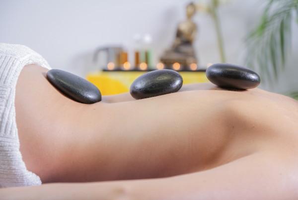 en kvinna får thaimassage
